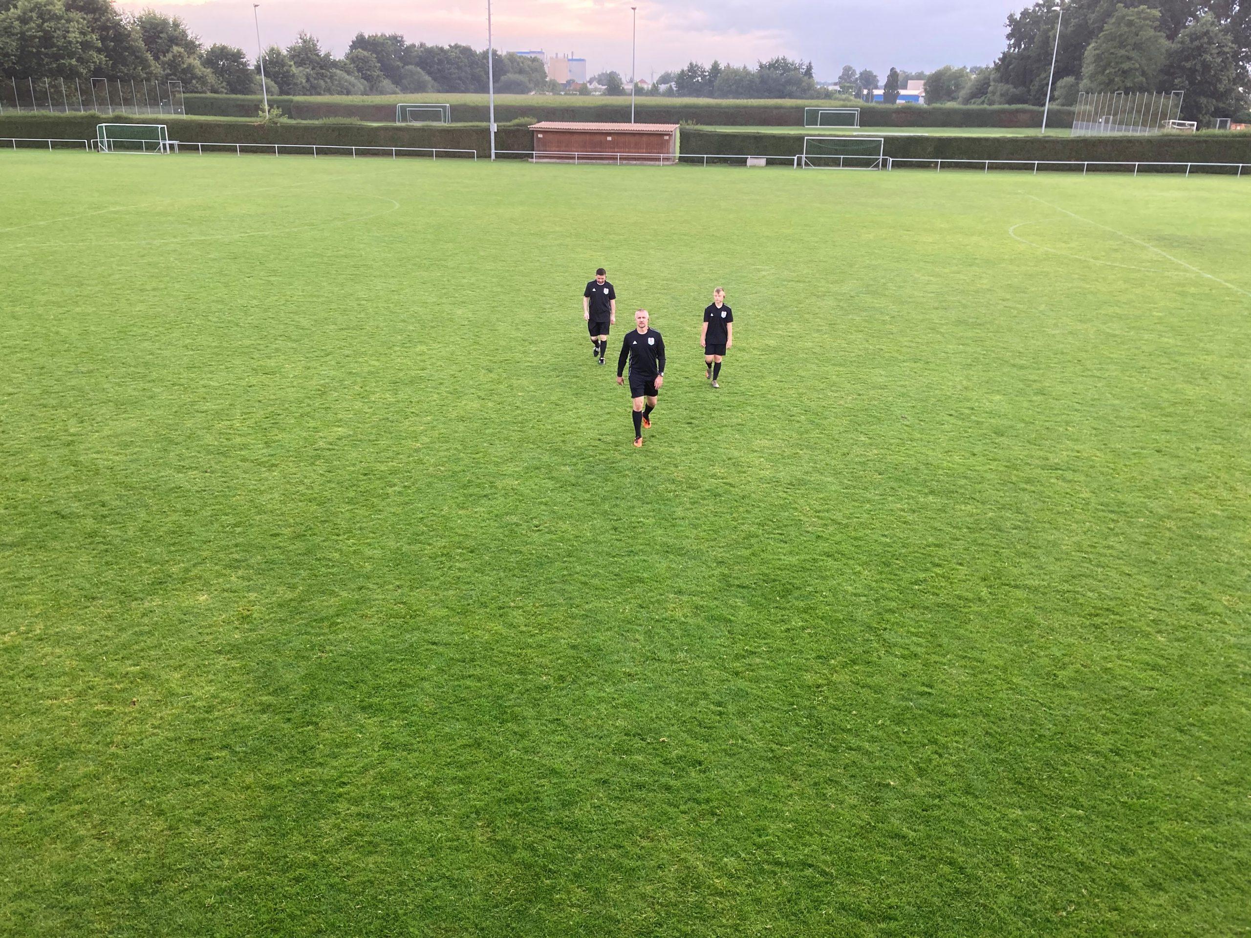 axel-funke-fußball-schiedsrichter-Fußball-kommuniziert-mit-dem-Funksystem-von-AXIWI