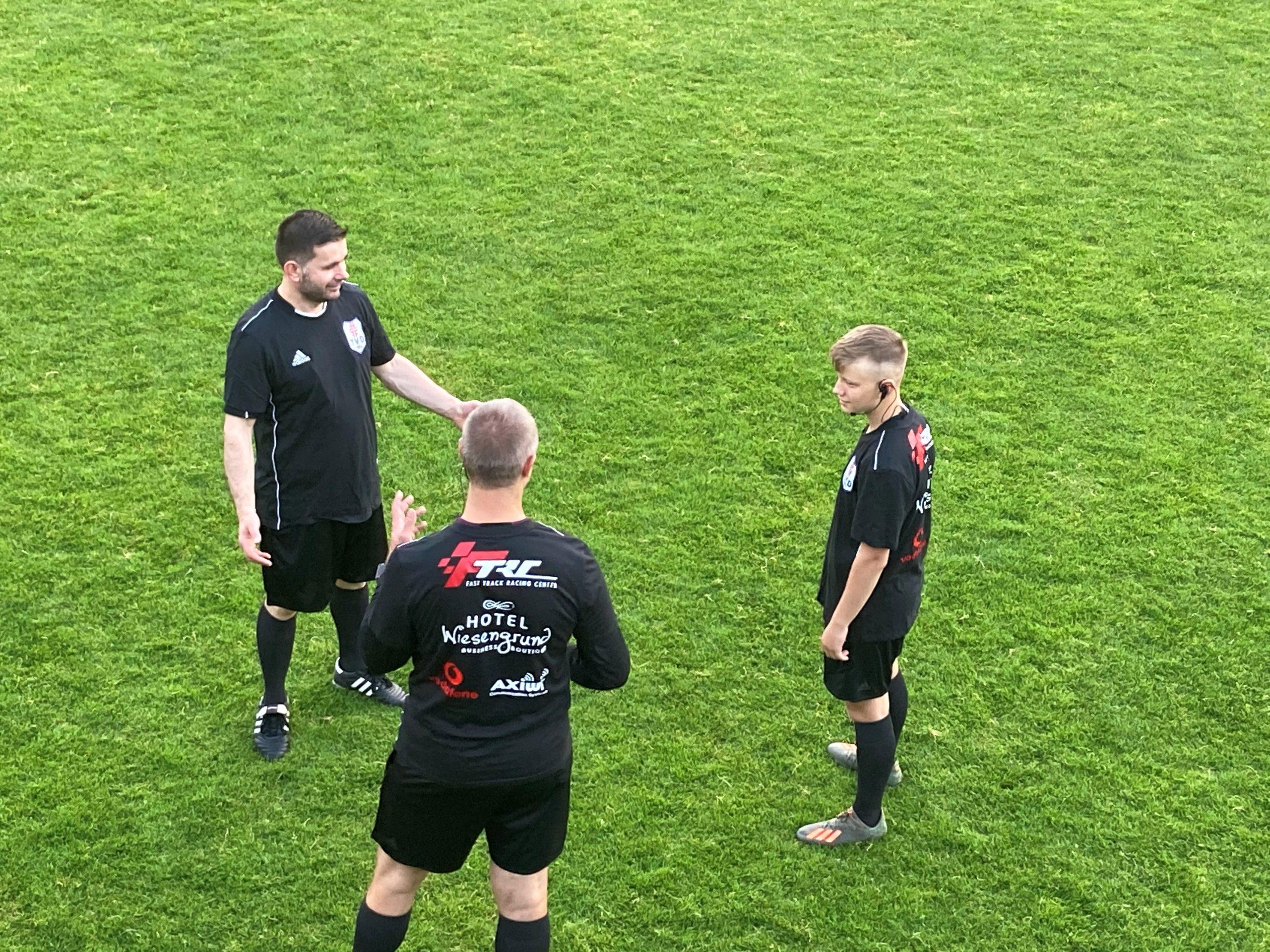 axel-funke-fußball-schiedsrichter-Fußball-kommuniziert-mit-dem-Funksystem-von-AXIWI-sprachkommunikation